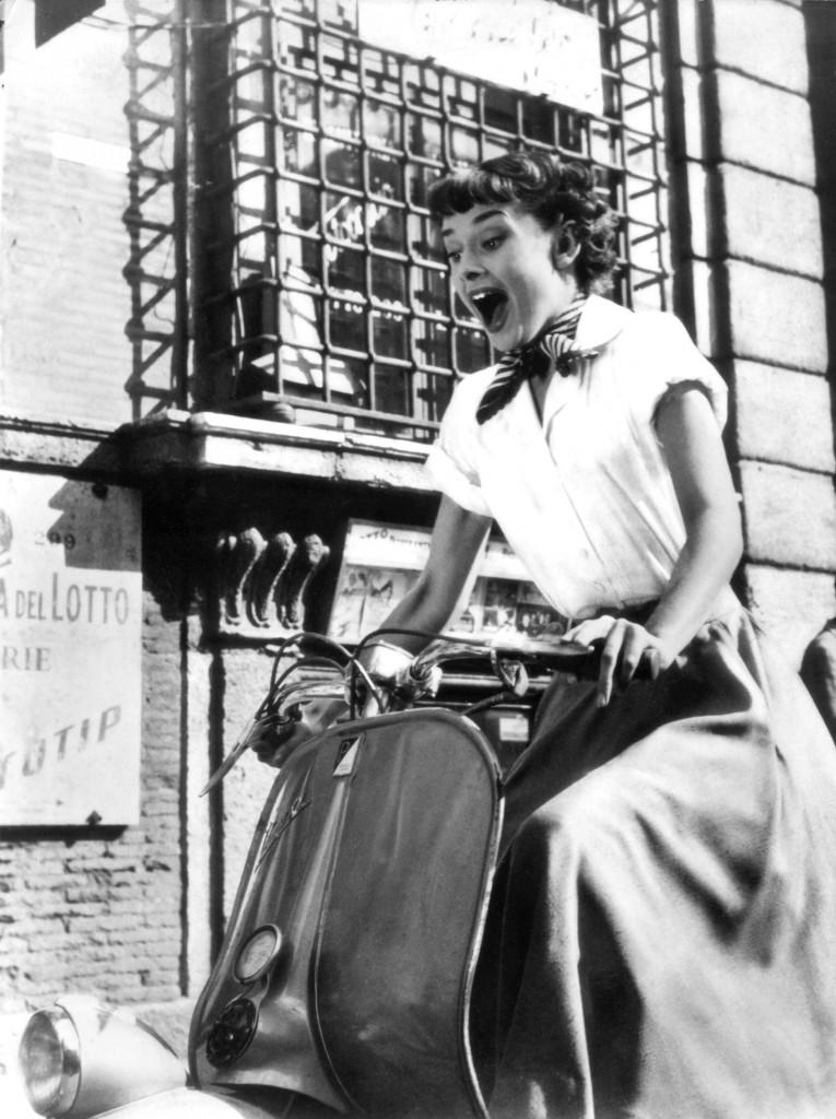 Audrey Hepburn in una scena del film ''Vacanze romane''. ANSA / UFFICIO STAMPA PIAGGIO +++NO SALES - EDITORIAL USE ONLY+++