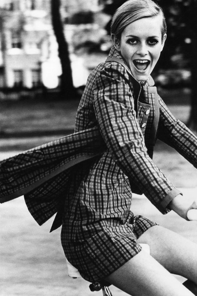 Twiggy-Vogue-19Jan15-1967-July-p69-Ronald-Traeger_b