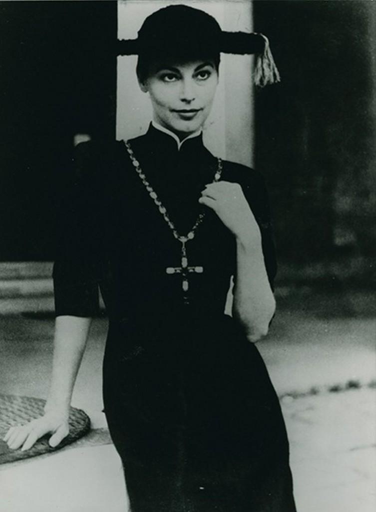 """Ava-Gardner-indossa-l'abito-""""Pretino""""-Ava-Gardner-wearing-the-dress-Sorelle-Fontana-1955.-FotoPierluigi-Praturlon.-@Archivio-Storico-Fondazione-Micol-Fontana-Roma"""