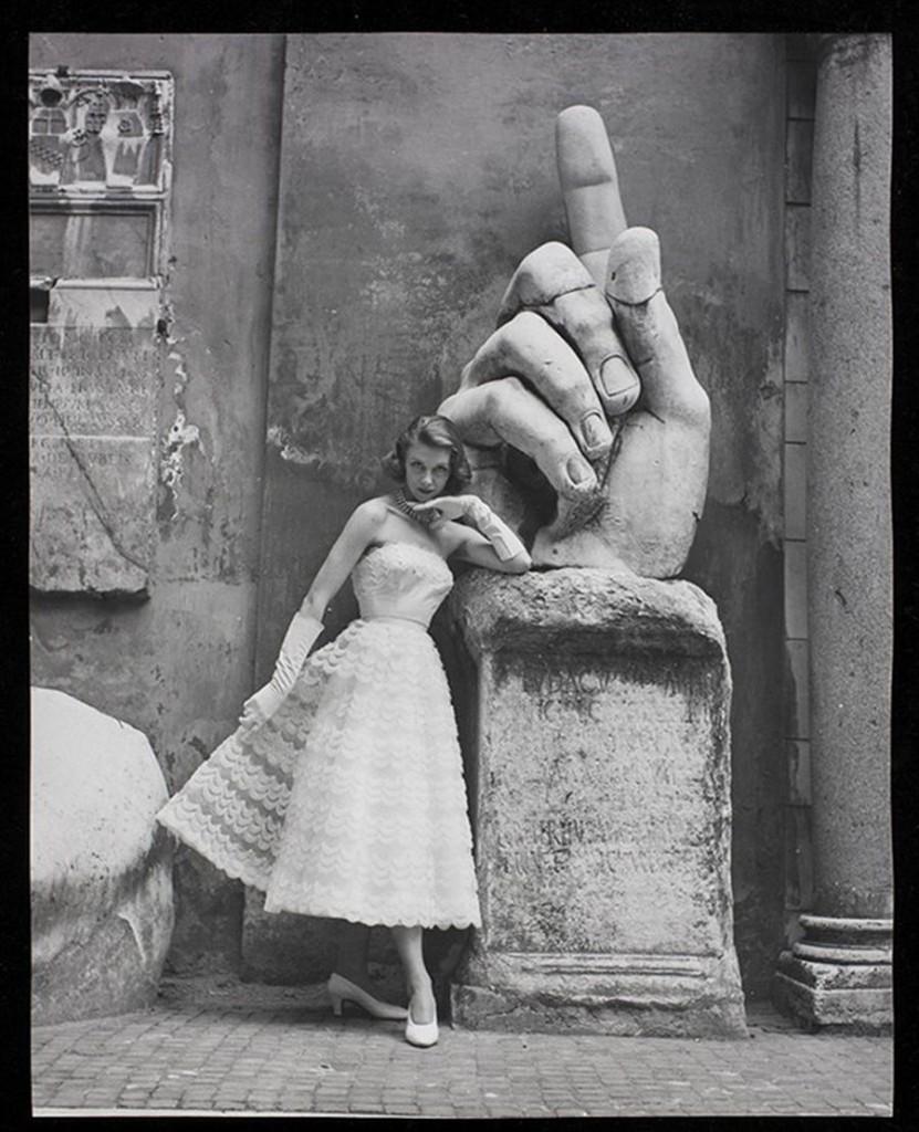 Modello-Sorelle-Fontana-accanto-alla-mano-della-statua-colossale-di-Costantino-nel-cortile-dei-Musei-capitolini-a-Roma-1952.-Foto-Regina-Relang.-Courtesy-Münchner-Stadtmuseum-Sammlung-Fotografi