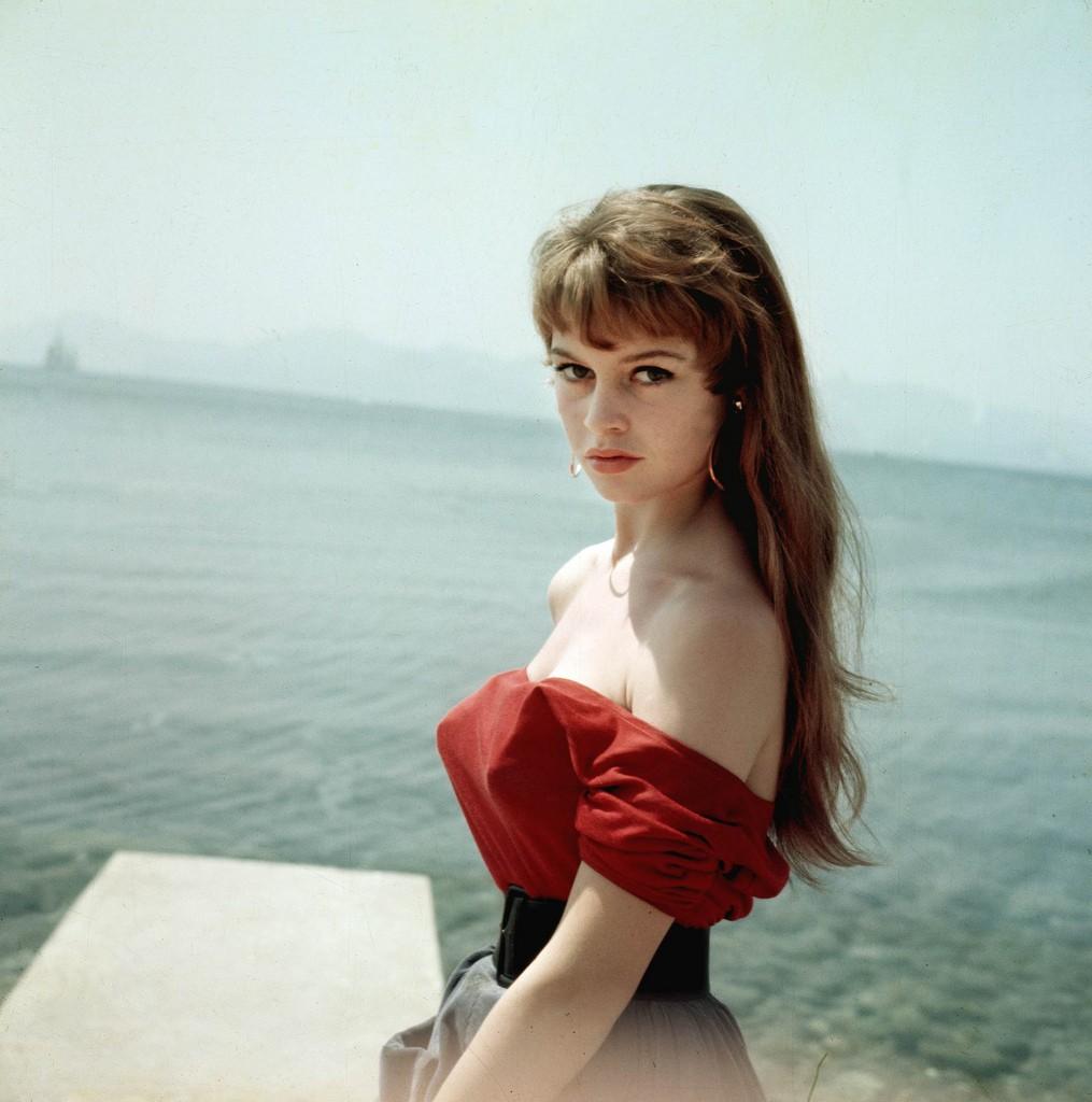 """Arkiv 1955 - Franska skådespelerskan Brigitte Bardot, 19 år, fotograferad i Cannes 1955. Året efter slog hon igenom i filmen """"Och Gud skapade kvinnan..."""" i regi av hennes dåvarande make Roger Vadim. Foto: Kary Lasch Code: 4520 **F-BILD** COPYRIGHT PRESSENS BILD"""