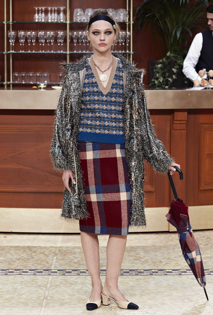 CHANEL_Fall-Winter_2015-2016-Ready-to-Wear_collection_fabulous_muses_2015-trends_chanel_brasserie-4