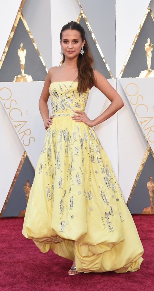 Actress Alicia Vikander arrives on the red carpet for the 88th Oscars on February 28, 2016 in Hollywood, California. AFP PHOTO / VALERIE MACON / AFP / VALERIE MACON (Photo credit should read VALERIE MACON/AFP/Getty Images)