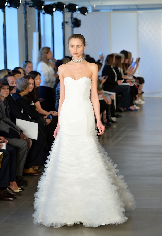 Oscar-de-la-Renta-Spring-Summer-2017-Wedding-Dresses_GettyImages-521357228_master